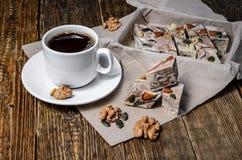 Halva-Nachtisch und schwarzer Kaffee Stockfotos
