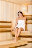 Halva-naken dam som kopplar av i bastu Royaltyfri Fotografi