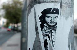 Halva-skalad bort affisch av Che Guevara på en allmän nyttighetpol Royaltyfri Fotografi