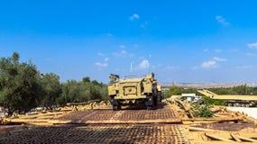 Halva-spår M3 bärare på pontonbron Latrun Israel Arkivbild