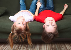 Halva-syskon på en soffa arkivfoton