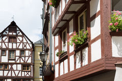 Halva-timmer hus av Bernkastel-Kues i Tyskland Arkivfoto