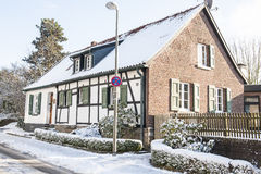Halva-timmer hus i vinter Arkivfoton