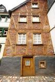 Halva-timmer hus med tegelstenar Arkivfoton