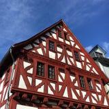 Halva timrat hus i Limburg arkivbild