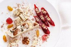 Halva, Walnuss, churchchel, Rosinen und Marmelade auf einer weißen Platte Lizenzfreies Stockfoto