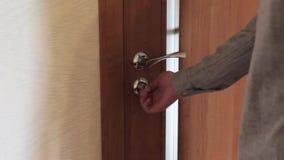 Halvan öppnade dörren in i den hemtrevliga hemmiljön stock video