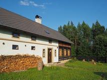 Halvan timrade det gamla lantliga huset för murverket med huggen av trä och gre Arkivbilder