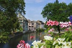 Halvan timrade hus längs kanalerna av Strasbourg Royaltyfri Bild