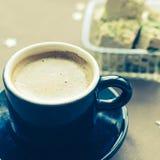 Halvapistache en kop van koffie Stock Afbeeldingen