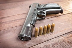 Halvautomatiskt 9mm vapen på träbakgrund arkivfoton