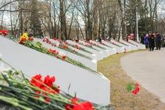 Halvcirkel av minnesvärda plattor med blommor Arkivbilder
