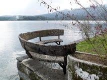 Halvcirkelformig gammal träbänk, Orta sjö, Italien Royaltyfri Fotografi
