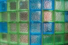Halvcirkelformig vägg som göras av exponeringsglastegelplattor i badrummet royaltyfri foto