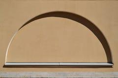 Halvcirkelformigt falskt fönster royaltyfri bild
