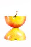 Halve appel twee die op witte achtergrond wordt geïsoleerdt stock afbeeldingen