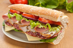 Halve Baguette-Vleessandwich Stock Foto