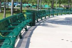 Halve cirkelrij van groene parkbanken Stock Afbeeldingen