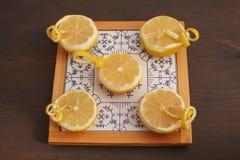 Halve citroenen op porselein Stock Foto's