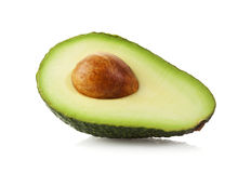 Halve die Avocado met het knippen van weg wordt geïsoleerd Stock Afbeelding
