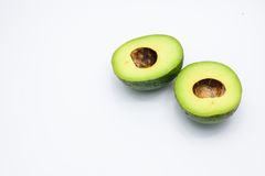 Halve die avocado twee op een wit wordt geïsoleerd Stock Afbeelding