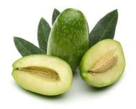 Halve en gehele groene olijven met bladeren royalty-vrije stock afbeeldingen