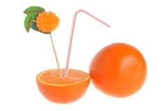 Halve en gehele sinaasappel met cocktailbuis en decoratie op wit Stock Foto