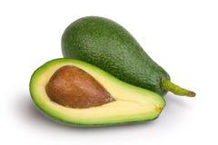 Halve en gehele verse groene avocado's stock foto's