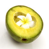 Halve geïsoleerdeg avocado - Stock Foto