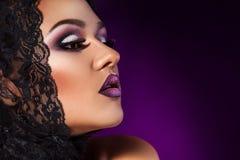 Halve gezichtsfoto van schoonheidsvrouw met gezonde huid in studio Royalty-vrije Stock Foto's