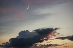 Halve maan en vele wolken in nachthemel Royalty-vrije Stock Foto's