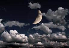 Halve maan en vele wolken in nachthemel Royalty-vrije Stock Afbeelding