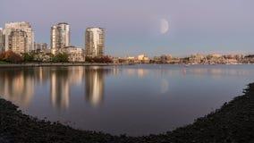 Halve maan met stadsmeningen Royalty-vrije Stock Afbeeldingen