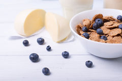 Halve mening van een Dichte mening van graangewassen met bosbessen met moazzarella en glas melk op een achtergrond met centrale n Stock Afbeeldingen