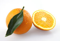 Halve Sinaasappel en Sinaasappel Royalty-vrije Stock Afbeeldingen