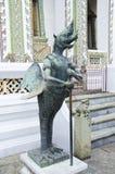Halve vogel en menselijk standbeeld in Emerald Buddha Temple Stock Fotografie
