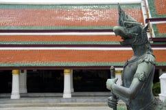 Halve vogel en menselijk standbeeld in Emerald Buddha Temple Stock Afbeelding