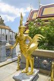 Halve vogel en reuzestandbeeld in Emerald Buddha Temple Stock Foto