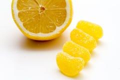 Halverad ny citron med citrongodisen Royaltyfri Fotografi