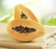 Halverad ny papaya arkivfoton