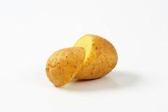 Halverad rå potatis royaltyfri foto