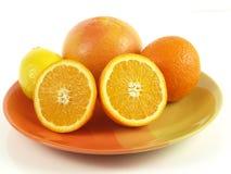 halverade isolerade apelsiner Royaltyfri Fotografi
