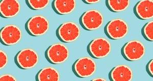 Halverade nya grapefrukter arkivbild