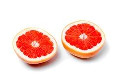Halverar grapefrukten på en vit bakgrund Royaltyfri Foto