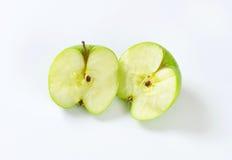 Halverat grönt äpple fotografering för bildbyråer
