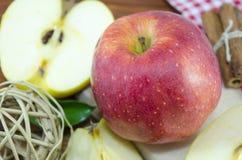 Halverat och helt äpple arkivbilder