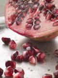 halverat pomegranatefrö arkivfoto
