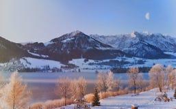 Halvmåne över bergsjön Arkivbild