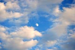 Halvmåne- och vitmoln Royaltyfri Bild