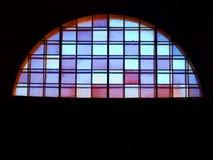 Halvmånen formade fönstret med blått, rött exponeringsglas arkivfoton
